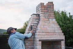 Το ενήλικο άτομο χτίζει έναν φούρνο στοκ εικόνα