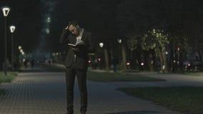 Το ενήλικο γενειοφόρο επιχειρησιακό άτομο που μιλά στο τηλέφωνο κυττάρων στεμένος στην οδό πόλεων, επιχειρησιακό άτομο έχει τη συ Στοκ εικόνες με δικαίωμα ελεύθερης χρήσης