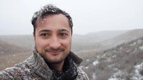 Το ενήλικο πρόσωπο ατόμων ` s είναι χαμόγελο ενώ είναι πτώση χιονιού απόθεμα βίντεο