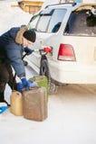 Το ενήλικο άτομο γεμίζει ένα αυτοκίνητο με τη βενζίνη σε έναν σταθμό καυσίμων στοκ εικόνες με δικαίωμα ελεύθερης χρήσης
