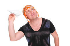 Το ενήλικο αρσενικό παιδιά ` s έπλεξε το πειραματικό παιχνίδι καπέλων με ένα αεροπλάνο εγγράφου Το άτομο άφησε ένα αεροπλάνο εγγρ Στοκ φωτογραφίες με δικαίωμα ελεύθερης χρήσης