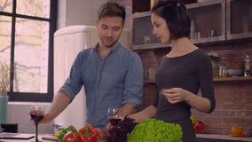 Το ενήλικο ζευγάρι περνά την ημέρα στο σπίτι απόθεμα βίντεο
