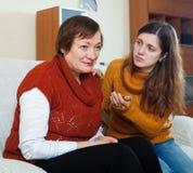 Το ενήλικο κορίτσι προσπαθεί συμφιλιώνει με τη μητέρα της Στοκ φωτογραφίες με δικαίωμα ελεύθερης χρήσης