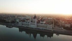 Το εναέριο βίντεο παρουσιάζει πλευρά Buda της Βουδαπέστης στην ανατολή φιλμ μικρού μήκους