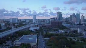 Το εναέριο ηλιοβασίλεμα τον Ιούλιο του 2017 της Φλώριδας Μαϊάμι 4K εμπνέει 2 απόθεμα βίντεο