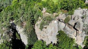 Το εναέριο μήκος σε πόδηα, νύφη είναι στην άκρη της αβύσσου Οι υψηλοί απότομοι βράχοι περιβάλλουν τη νύφη Η κάμερα πετά αργά και  απόθεμα βίντεο
