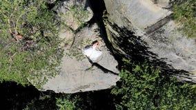 Το εναέριο μήκος σε πόδηα, νύφη είναι στην άκρη της αβύσσου Οι υψηλοί απότομοι βράχοι περιβάλλουν τη νύφη Η κάμερα πετά αργά και  φιλμ μικρού μήκους
