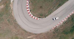 Το εναέριο μήκος σε πόδηα της διαδρομής αγώνα αυτοκινήτων με την οδήγηση πρωταθλήματος γωνιών cinematic φαίνεται μμένη άσφαλτος υ φιλμ μικρού μήκους