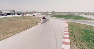 Το εναέριο μήκος σε πόδηα της διαδρομής αγώνα αυτοκινήτων με το πρωτάθλημα γωνιών που Cinematic φαίνεται μμένο άσφαλτος κοβάλτιο  απόθεμα βίντεο