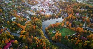 Το εναέριο μήκος σε πόδηα του δάσους, κηφήνας αρχίζει τη βράση από τα σύννεφα προς το δάσος δέντρα αργά, χρυσού και κόκκινου χρώμ φιλμ μικρού μήκους