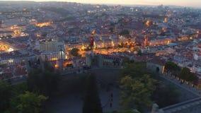 Το εναέριο μήκος σε πόδηα φώτισε το αρχαίο φρούριο στην κορυφή λόφων τη νύχτα απόθεμα βίντεο