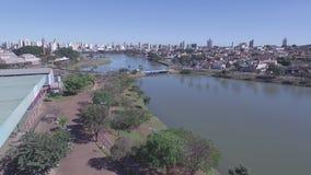 Το εναέριο μήκος σε πόδηα της πόλης του Σάο Jose κάνει το Ρίο Preto στο κράτος του Σάο Πάολο στη Βραζιλία Τον Ιούλιο του 2016 φιλμ μικρού μήκους