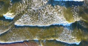 Το εναέριο σπάσιμο κυμάτων άποψης στην άσπρη παραλία άμμου στο ηλιοβασίλεμα, έδαφος συναντά τη θάλασσα απόθεμα βίντεο
