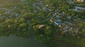 Το εναέριο paraplane κρεμά το ανεμοπλάνο στον αέρα επάνω από το φαράγγι πόλεων ποταμών φιλμ μικρού μήκους