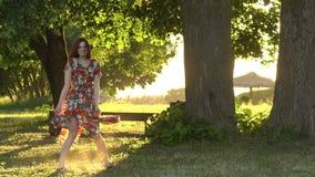Το ενεργό θηλυκό πρότυπο στο ζωηρόχρωμο φόρεμα ανοίγει το ηλιοβασίλεμα βραδιού o απόθεμα βίντεο