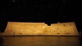 Το ενετικό φρούριο Koules νύχτας σε Ηράκλειο, Κρήτη, Ελλάδα απόθεμα βίντεο