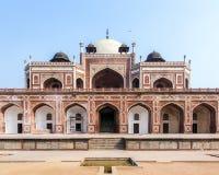το ενθεμένο γίνοντα μαρμάρινο μαυσωλείο θόλων του Δελχί humayun mogul κόκκινος τάφος ύφους ψαμμίτη του s ολοκλήρωσε το λευκό Στοκ φωτογραφία με δικαίωμα ελεύθερης χρήσης