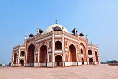 το ενθεμένο γίνοντα μαρμάρινο μαυσωλείο θόλων του Δελχί humayun mogul κόκκινος τάφος ύφους ψαμμίτη του s ολοκλήρωσε το λευκό Στοκ Εικόνες