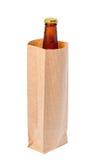 Το ενιαίο κλειστό μπουκάλι μπύρας με τη δροσιά στην τσάντα καφετιού εγγράφου είναι απομόνωση Στοκ φωτογραφία με δικαίωμα ελεύθερης χρήσης