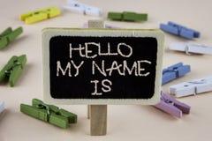 Το εννοιολογικό χέρι που γράφει παρουσιάζοντας γειά σου όνομά μου είναι Επιδεικνύοντας συνεδρίαση των επιχειρησιακών φωτογραφιών  Στοκ Εικόνες