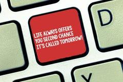 Το εννοιολογικό χέρι που γράφει παρουσιάζοντας ζωή σας προσφέρει πάντα τη δεύτερη ευκαιρία αυτό S αποκαλούμενο αύριο Κείμενο επιχ στοκ εικόνα με δικαίωμα ελεύθερης χρήσης