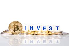 Το εννοιολογικό cryptocurrency bitcoin με τη λέξη επενδύει στοκ φωτογραφίες με δικαίωμα ελεύθερης χρήσης