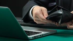 Το ενοχλημένο άτομο που κοιτάζει στο κενό πορτοφόλι, έχασε όλο το τυχερό παιχνίδι χρημάτων του on-line, αποτυχία απόθεμα βίντεο