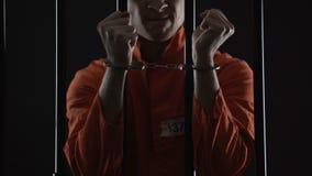 Το ενοχλημένο τεθειμένο υπό κράτηση άτομο που τραβά τις χειροπέδες, αισθάνεται για το αποτυχημένο σχέδιο ληστείας φιλμ μικρού μήκους
