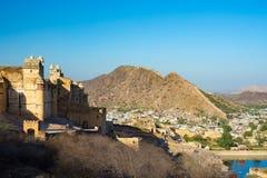 Το εντυπωσιακές τοπίο και η εικονική παράσταση πόλης στο ηλέκτρινο οχυρό, διάσημος προορισμός ταξιδιού στο Jaipur, Rajasthan, Ινδ στοκ εικόνα με δικαίωμα ελεύθερης χρήσης