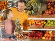 Αγόρι διασκέδασης με τον μπαμπά στο κατάστημα στοκ εικόνες