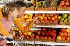 Ενδιαφέρον αγόρι με τον μπαμπά στο κατάστημα στοκ φωτογραφίες με δικαίωμα ελεύθερης χρήσης