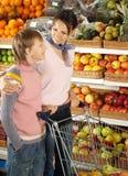 Αστείο αγόρι με το mom στο κατάστημα στοκ φωτογραφίες με δικαίωμα ελεύθερης χρήσης