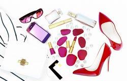 Το εξάρτημα μόδας των γυναικών, φροντίδα δέρματος και makeup βρίσκεται στο άσπρο υπόβαθρο στοκ εικόνα με δικαίωμα ελεύθερης χρήσης