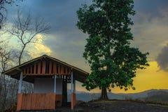 Το εξοχικό σπίτι του αγρότη και το χρώμα του ουρανού στοκ εικόνες με δικαίωμα ελεύθερης χρήσης