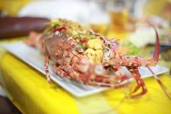 Το εξυπηρετώντας πιάτο αστακών αρχιμαγείρων στο εστιατόριο πολυτέλειας, αστακός εξυπηρέτησε με τα λαχανικά και την πικάντικη σάλτ Στοκ Εικόνα
