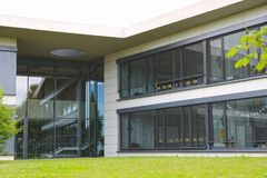 Το εξωτερικό ενός σύγχρονου κτηρίου, ενός τοίχου του γυαλιού και του σκυροδέματος Στοκ φωτογραφία με δικαίωμα ελεύθερης χρήσης