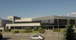 Το εξωτερικό της σύγχρονου αποθήκης ή του εργοστασίου, εγκαταστάσεις κατασκευαστών κεραμιδιών, κεραμική κεραμώνει την κατασκευή,  φιλμ μικρού μήκους