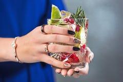 Το εξωτικό κοκτέιλ και τα θηλυκά χέρια Στοκ Φωτογραφία