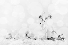 Το εορταστικό κομψό υπόβαθρο Χριστουγέννων στο λευκό ένα ασήμι χρωματίζει το W στοκ εικόνες