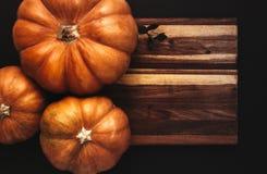 Το επίπεδο αποκριών βάζει των κολοκυθών στον ξύλινο πίνακα στοκ φωτογραφία με δικαίωμα ελεύθερης χρήσης