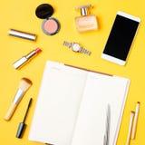 Το επίπεδο εξαρτημάτων μόδας και ομορφιάς blogger βάζει σε ένα φωτεινό κίτρινο υπόβαθρο Στοκ φωτογραφίες με δικαίωμα ελεύθερης χρήσης