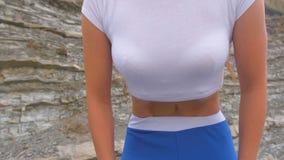 Το επίπεδο κορίτσι κοιλιών κατά τη διάρκεια της αναπνοής ασκεί bodyflex Άποψη κινηματογραφήσεων σε πρώτο πλάνο κοιλιών φιλμ μικρού μήκους