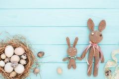 Το επίπεδο Πάσχας βάζει με τα αυγά και τα λαγουδάκια Πάσχας Στοκ εικόνες με δικαίωμα ελεύθερης χρήσης