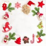 Το επίπεδο τσαντών δώρων διακοσμήσεων Χριστουγέννων βάζει το πλαίσιο Στοκ Εικόνες