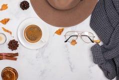 Το επίπεδο φθινοπώρου βάζει με το καπέλο, τον καφέ, τα ξηρά φύλλα και τα καρυκεύματα στοκ εικόνα με δικαίωμα ελεύθερης χρήσης