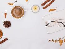 Το επίπεδο φθινοπώρου βάζει με τον καφέ, το κερί και τα κίτρινα φύλλα στοκ φωτογραφία με δικαίωμα ελεύθερης χρήσης