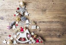 Το επίπεδο Χριστουγέννων βάζει με τη διακόσμηση, άλογο λικνίσματος, διάστημα αντιγράφων Στοκ φωτογραφία με δικαίωμα ελεύθερης χρήσης