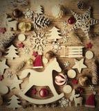 Το επίπεδο Χριστουγέννων βάζει με τη διακόσμηση, αναδρομικό υπόβαθρο, που λικνίζει το άλογο Στοκ Εικόνες