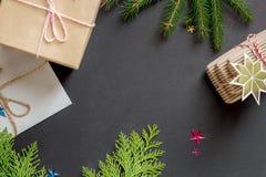 Το επίπεδο Χριστουγέννων βάζει τα δώρα στοκ φωτογραφία