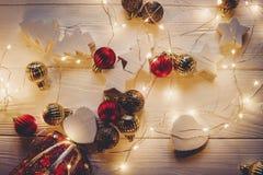 Το επίπεδο Χριστουγέννων βρέθηκε κόκκινο παιχνίδι αυτοκινήτων με το χριστουγεννιάτικο δέντρο στην κορυφή και το s Στοκ εικόνα με δικαίωμα ελεύθερης χρήσης
